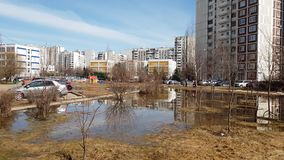 Moscou, Rússia 22 de abril 2018 Poças após ter derretido a neve na mola adiantada em Zelenograd vídeos de arquivo