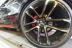 Moscou, Rússia - 29 de abril de 2019: Rodas feitas sob encomenda da liga clara do lumma em Porsche Cayenne preto exclusivo no sup imagens de stock