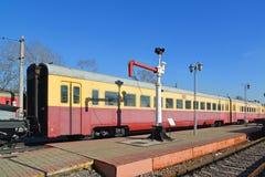 Moscou, Rússia - 1º de abril 2017 Trem bonde e boca de incêndio soviéticos para abastecer locomotivas com água no museu da histór foto de stock