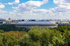MOSCOU, RÚSSIA - 12 DE AGOSTO DE 2017: Arena esportiva Luzhniki em um dia ensolarado claro Vista geral com montes do pardal foto de stock