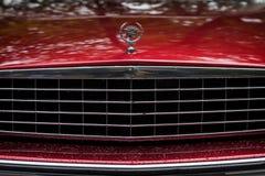 MOSCOU, RÚSSIA - 26 DE AGOSTO DE 2017: Close-up da grade vermelha do carro de Cadillac e do logotipo, carro do vintage Exhibion r Fotografia de Stock Royalty Free