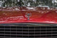 MOSCOU, RÚSSIA - 26 DE AGOSTO DE 2017: Close-up do logotipo do carro de Cadillac no carro do vintage, foco do selectiv Exhibion r Imagens de Stock