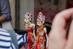 Moscou, Rússia 4 de agosto de 2018 - estatuetas indonésias em trajes nacionais imagem de stock