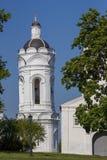 Moscou/Rússia - 29 de agosto de 2011: a igreja branca na reserva Kolomenskoye do museu imagem de stock