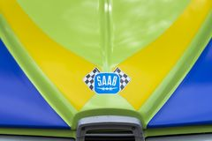 MOSCOU, RÚSSIA - 26 DE AGOSTO DE 2017: Logotipo do carro de SAAB Scania no close-up multicolorido brilhante do carro do vintage,  Fotografia de Stock
