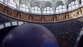 Moscou, Rússia 10 de agosto de 2018: Tela gigante da abóbada sob a forma de um globo de gerencio Terra do planeta vídeos de arquivo
