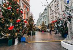 MOSCOU, RÚSSIA - 23 DE DEZEMBRO DE 2016: Ano novo em Moscou, Arbat é decorado com árvores de Natal Fotos de Stock Royalty Free