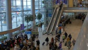 MOSCOU, RÚSSIA 12 de dezembro de 2016: Lapso de tempo Passageiros na escada rolante movente do aeroporto, sala de espera filme