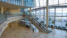 MOSCOU, RÚSSIA 12 de dezembro de 2016: Passageiros na escada rolante movente do aeroporto, sala de espera video estoque