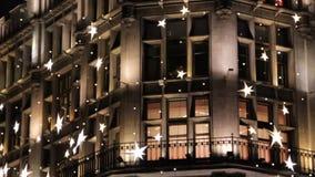 Moscou, Rússia - 21 de dezembro de 2017: a decoração da noite do ano novo da alameda famosa TSUM no centro de Moscou filme