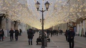 Moscou, Rússia - 24 de dezembro de 2017: Os povos no Natal decoraram a rua vídeos de arquivo