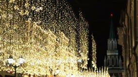 MOSCOU, RÚSSIA - 21 DE DEZEMBRO DE 2017: rua decorada para a celebração do Natal e do ano novo Ampolas decorativas filme