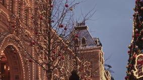 MOSCOU, RÚSSIA - 6 DE DEZEMBRO: Tiro Handheld da GOMA e da árvore de Natal no quadrado vermelho do centro de Moscou filme