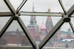 Moscou, Rússia - 10 de dezembro de 2018: vista do Kremlin de Moscou e da catedral da manjericão do St através do vidro imagens de stock