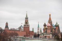 Moscou, Rússia - 10 de dezembro de 2018: vista do Kremlin de Moscou e da catedral da manjericão do St fotografia de stock royalty free