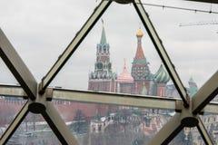 Moscou, Rússia - 10 de dezembro de 2018: vista do parque coberto de neve do Kremlin de Moscou através do vidro fotografia de stock royalty free