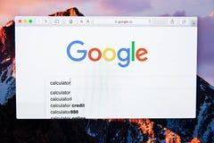 Moscou/Rússia - 20 de fevereiro de 2019: calculadora da pesquisa por palavra em Google imagem de stock
