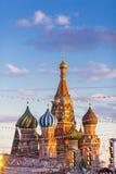 MOSCOU, RÚSSIA - 27 DE FEVEREIRO DE 2016: Catedral de Vasily abençoada, conhecida como a catedral ou o Pokrovsky da manjericão de Fotos de Stock Royalty Free