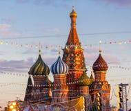 MOSCOU, RÚSSIA - 27 DE FEVEREIRO DE 2016: Catedral de Vasily abençoada, conhecida como a catedral ou o Pokrovsky da manjericão de Fotografia de Stock