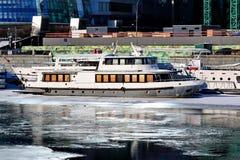 Moscou, Rússia - 14 de fevereiro de 2019: Embarcações do rio no inverno no cais imagens de stock