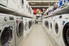 Moscou, Rússia - 2 de fevereiro 2016 Máquina de lavar no eldorado, grandes lojas de cadeia que vendem a eletrônica Fotos de Stock Royalty Free