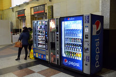 Moscou, Rússia - 18 de fevereiro 2016 máquina de venda automática para bebidas Pepsi e produtos na estação de Kazansky Fotografia de Stock