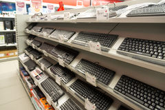 Moscou, Rússia - 2 de fevereiro 2016 Teclado de computador no eldorado, grandes lojas de cadeia que vendem a eletrônica Fotos de Stock Royalty Free