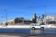 Moscou, Rússia - 14 de fevereiro de 2019: Terraplenagem de Berezhkovskaya, quadrado de Europa e estação de trem de Kievsky foto de stock royalty free