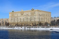 Moscou, Rússia - 14 de fevereiro de 2019: Terraplenagem de Krasnopresnenskaya do rio de Moscou em um dia de inverno brilhante foto de stock royalty free