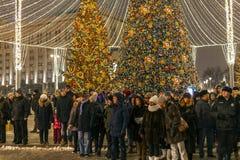 Moscou, Rússia - 2 de janeiro 2019 Abeto vermelho bonito no quadrado de Lubyanka durante a viagem do festival ao Natal foto de stock royalty free