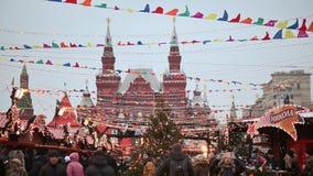 MOSCOU, RÚSSIA - 1º DE JANEIRO DE 2017: Povos no mercado do Natal no quadrado vermelho no centro de Moscou Vermelho decorado vídeos de arquivo
