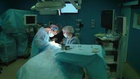 Moscou, Rússia - 25 de janeiro de 2018: equipa médica que executa a operação cirúrgica na sala de operações moderna video estoque