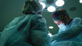 Moscou, Rússia - 25 de janeiro de 2018: equipa médica que executa a operação cirúrgica na sala de operações moderna vídeos de arquivo