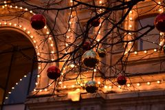 Moscou, Rússia - 6 de janeiro de 2018: GOMA iluminada no fundo de bolas vermelhas e douradas do Natal fotos de stock