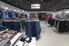 Moscou, Rússia - 18 de janeiro 2019 Jovens mulheres da roupa na loja de Gloria Jeans Empresa para a produção e o comércio de fotos de stock royalty free