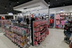 Moscou, Rússia - 18 de janeiro 2019 Loja de Gloria Jeans - empresa para a produção e o comércio da roupa fotografia de stock