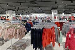 Moscou, Rússia - 18 de janeiro 2019 Loja de Gloria Jeans - empresa para a produção e o comércio da roupa para crianças e imagens de stock royalty free