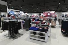 Moscou, Rússia - 18 de janeiro 2019 O interior da loja Gloria Jeans Empresa para a produção e o comércio da roupa para imagens de stock