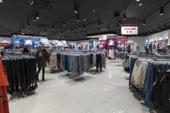 Moscou, Rússia - 18 de janeiro 2019 O interior da loja Gloria Jeans Empresa para a produção e o comércio da roupa para fotografia de stock