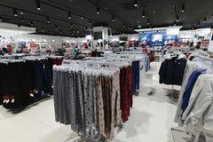 Moscou, Rússia - 18 de janeiro 2019 O interior da loja Gloria Jeans Empresa para a produção e o comércio da roupa para fotografia de stock royalty free