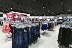 Moscou, Rússia - 18 de janeiro 2019 O interior da loja Gloria Jeans Empresa para a produção e o comércio da roupa para fotos de stock