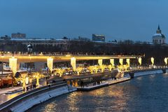 Moscou, Rússia - 5 de janeiro de 2018: Ponte de Poryachiy no parque de Zaryadye na noite com ` s do ano novo e nas luzes de Natal Imagens de Stock