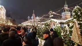 Moscou, Rússia - 7 de janeiro 2019 Povos na feira do Natal no quadrado vermelho filme