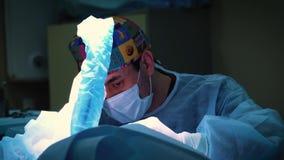 MOSCOU, RÚSSIA - 25 DE JANEIRO DE 2018: Retrato do cirurgião durante a cirurgia Doutor que executa a operação cirúrgica, fim acim filme