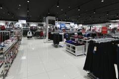 Moscou, Rússia - 18 de janeiro 2019 Roupa para adolescente na loja de Gloria Jeans Empresa para a produção e o comércio da roupa foto de stock royalty free