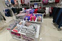 Moscou, Rússia - 18 de janeiro 2019 Roupa para adolescente na loja de Gloria Jeans Empresa para a produção e o comércio da roupa fotografia de stock royalty free