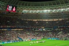 MOSCOU, RÚSSIA - 11 de julho de 2018: Fan de futebol que comemoram durante a FIFA 2018 campeonatos do mundo semi no fósforo de fu Fotos de Stock Royalty Free