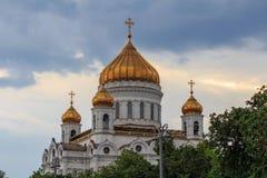 Moscou, Rússia - 19 de junho de 2018: Abóbadas douradas da catedral de Cristo o salvador em Moscou contra o céu dramático imagem de stock royalty free