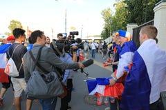 MOSCOU, RÚSSIA - 26 de junho de 2018: as entrevistas de televisão dos fãs franceses após o campeonato do mundo agrupam o jogo de  fotos de stock royalty free