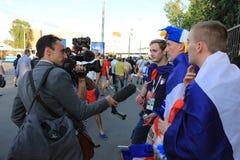 MOSCOU, RÚSSIA - 26 de junho de 2018: as entrevistas de televisão dos fãs franceses após o campeonato do mundo agrupam o jogo de  foto de stock